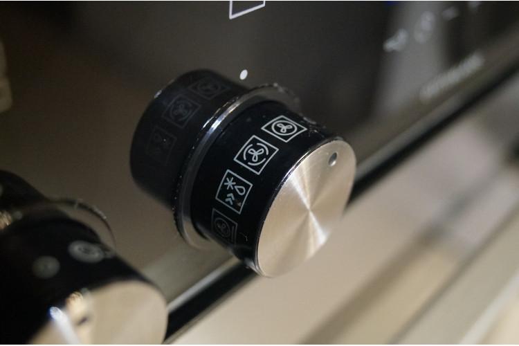 Nerezový vestavný sporák Siemens HE378HBS0, vyjížděcí dveře
